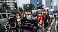 """Peserta bersepeda saat melakukan aksi unjuk rasa bertajuk """"'Gowes for Democracy #SaveMyanmar"""" di kawasan Bundaran HI, Jakarta, Sabtu (17/4/2021). Aksi tersebut juga mengecam militer Myanmar mengembalikan demokrasi sesuai dengan keinginan rakyat Myanmar. (Liputan6.com/Faizal Fanani)"""