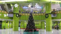 Dekorasi pohon Natal di Stasiun Gambir, Jakarta, Jumat (21/12). Dekorasi tersebut dibuat untuk memercantik suasana Stasiun Gambir dalam rangka menyambut Hari Natal dan Tahun Baru 2019. (Liputan6.com/Immanuel Antonius)