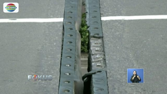 Karet penghubung antar-badan Jembatan Layang Kodim Kemayoran dan Jembatan Layang HBR Motik yang berada di Kemayoran, Jakarta Pusat, rusak akibat pengaspalan.