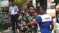 Kopda Emanuel Maresyembun, anggota TNI yang melerai tawuran anak STM di Kendari, Jumat (6/12/2019).(Liputan6.com/Ahmad Akbar Fua)