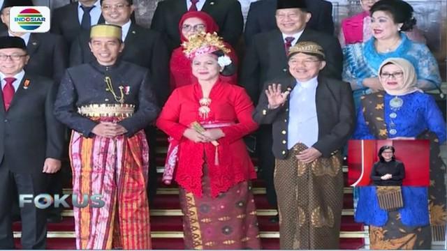 Berpakaian adat kali ini dicetuskan Jokowi untuk mengingatkan kemerdekaan ini diperjuangan berbagai suku dan kini menjadi satu bangsa.