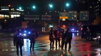 Polisi memblokir pintu masuk jalan raya ketika orang-orang berdemo pada malam pemilu AS di Seattle, pada Selasa (3/10/2020). (Photo credit: AP Photo/Ted S. Warren)