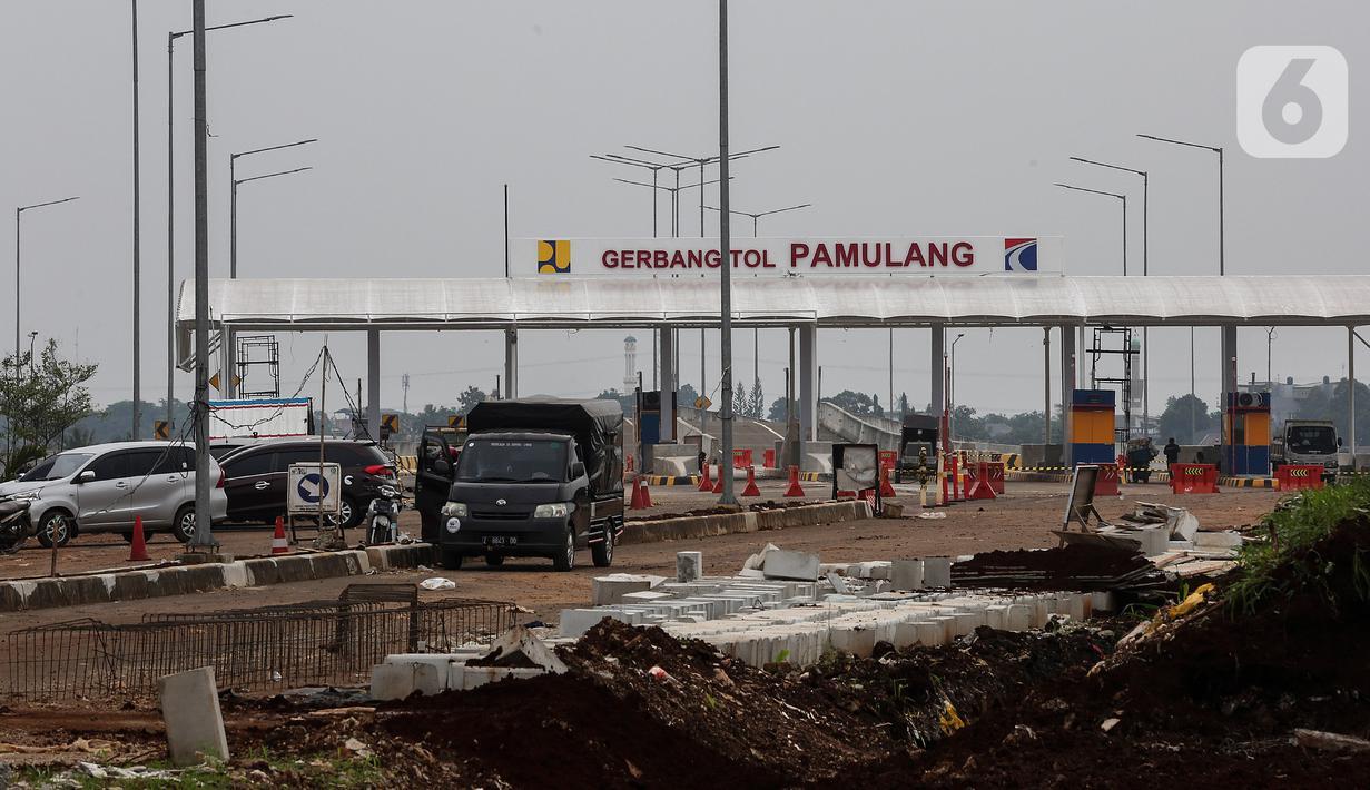 Suasana pembangunan pintu Tol Pamulang di Tangerang Selatan, Banten, (17/2/2021). Kementerian Pekerjaan Umum dan Perumahan Rakyat melalui Badan Pengatur Jalan Tol (BPJT) mengungkapkan progres konstruksi jalan Tol Serpong-Cinere tersebut sudah mencapai 92,81 persen. Liputan6.com/Johan Tallo)