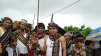 Warga Sabu Raijua sedang mempersiapkan diri mengikuti ritual Dabba Ae (Liputan6.com/Ola Keda)