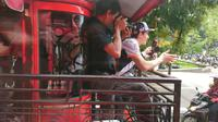 Juara dunia MotoGP 2018, Marc Marquez, naik Bandros keliling Kota Bandung, Sabtu (9/2/201). (Ist)