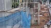 Suasana konstruksi layang proyek LRT yang sepi dari aktivitas di kawasan Kuningan, Jakarta Selatan, Rabu (21/2). Kebijakan Presiden Jokowi ini menyebabkan semua proyek konstruksi elevated LRT juga turut dihentikan. (Liputan6.com/Immanuel Antonius)