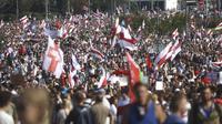 Pendukung oposisi Belarusia berunjuk rasa di Minsk, Belarusia, Minggu (30/8/2020). Puluhan ribu demonstran berkumpul untuk menuntut agar Presiden Belarusia Alexander Lukashenko mengundurkan diri. (AP Photo)
