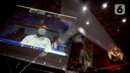 Wali Kota Medan nonaktif, Tengku Dzulmi Eldin mendengarkan Majelis Hakim membacakan vonis dalam sidang melalui video conference di Gedung KPK, Jakarta, Kamis (11/6/2020). Dzulmi Eldin terlibat dalam kasus dugaan menerima suap proyek dan jabatan pada Pemkot Medan tahun 2019. (merdeka.com/Dwi Narwoko)