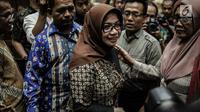 Terdakwa kasus suap proyek pembangunan PLTU Riau-1 Eni Maulani Saragih seusai sidang putusan di Pengadilan Tipikor, Jakarta, Jumat (1/3). Selain pidana penjara, hakim juga mencabut hak politik Eni Saragih selama tiga tahun. (Liputan6.com/Faizal Fanani)