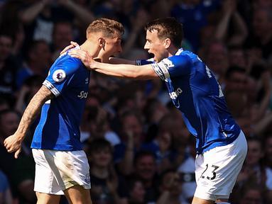 Bek Everton, Lucas Digne, melakukan selebrasi usai membobol gawang Manchester United pada laga Premier League di Goodison Park, Minggu (21/4). Everton menang 4-0 atas Manchester United. (AFP/Oli Scarff)