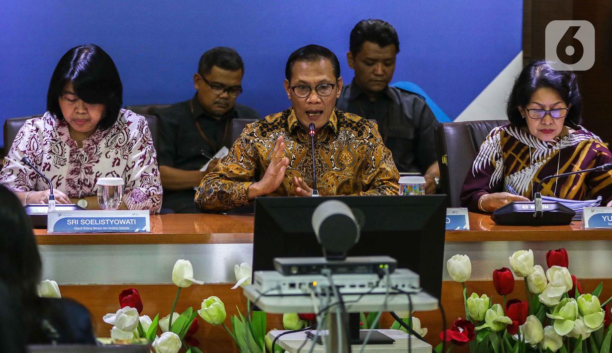 Kepala Badan Pusat Statistik (BPS) Suhariyanto (tengah) menyampaikan keterangan terkait kondisi ekspor dan impor pada Januari 2020 di Gedung BPS, Jakarta, Senin (17/2/2020). BPS memastikan virus corona tak berdampak besar pada penurunan ekspor dan impor Januari 2020. (Liputan6.com/Faizal Fanani)