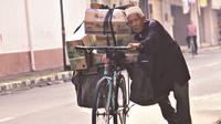 Kakek yang akrab disapa Mbah Tohari ini setiap harinya selalu membawa sepeda onthelnya untuk mengais rezeki di Kota Magelang.