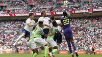 Kiper Nigeria, Francis Uzoho, berusaha menepis bola sundulan pemain Inggris pada laga persahabatan di Stadion Wembley, London, Sabtu (2/6/2018). Inggris menang 2-1 atas Nigeria. (AFP/Ian Kington)