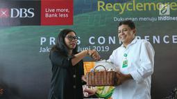Executive Director Head of GSMC PT Bank DBS Indonesia Mona Monika memberikan cinderamata kepada Direktur Pengelolaan Sampah Kementerian LHK Novrizal Tahar pada kampanye Recycle more, Waste less, di Jakarta, Rabu (26/6/2019). (Liputan6.com/Fery Pradolo)