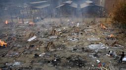 Proses pembakaran korban yang meninggal karena virus corona COVID-19 di tempat kremasi di New Delhi, India, Senin (26/4/2021). Pemerintah India melakukan kremasi massal untuk jenazah korban COVID-19. (Money SHARMA/AFP)