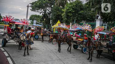 Para kusir delman menunggu calon penumpang di Kawasan Monas, Jakarta, Kamis (31/12/2020). Pengendara delman tersebut menganggur karena tidak ada pengunjung dikarenakan kawasan Monas yang ditutup pada perayaan Tahun Baru 2021. (Liputan6.com/Faizal Fanani)