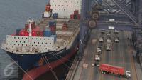 Sebuah kapal singgah untuk menurunkan peti kemas, Tanjung Priok, Jakarta, Kamis (22/10/2015). Mendag Thomas T. Lembong memproyeksikan, kinerja ekspor hingga akhir tahun akan turun 14% dan impor turun 17% secara year on year. (Liputan6.com/Angga Yuniar)