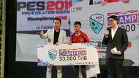Rizky Faidan (tengah) meraih gelar PES Finals Asia Tenggara 2019 (FOTO / Benjamin)