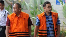 Tersangka dugaan suap pembangunan infrastruktur, Kadis PUPR Lampung Selatan Anjar Asmara (kiri) dan perantara suap APBN-P Kabupaten Sumedang TA 2018 Eka Kamaluddin (kanan) tiba di Gedung KPK, Jakarta, Kamis (9/8). (Merdeka.com/Dwi Narwoko)