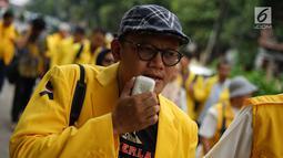 Ikatan Keluarga Besar UI (IKB UI) menyampaikan orasinya saat menggelar aksi solidaritas untuk dokter Robiah Khairani Hasibuan atau Ani Hasibuan di Kampus Universitas Indonesia, Jakarta, Jumat (17/5). Dalam aksinya, mereka menyerukan #SaveAniHasibuan. (Liputan6.com/Immanuel Antonius)