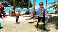 Susi Pudjiastuti ditertawakan cucunya saat bermain hula hoop (Dok.Instagram/@susipudjiastuti115/https://www.instagram.com/p/CEI9JZ7H5uc/Komarudin)