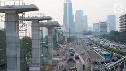 Kendaraan melintas berlatar pembangunan bentangan beton lintasan LRT di Jalan Gatot Subroto Jakarta, Kamis (7/11/2019). Menurut data terakhir Ditjen Perkeretaapian Kemenhub pada awal November 2019, pembangunan prasarana LRT Jabodebek sudah mencapai 66,79 persen. (Liputan6.com/Immanuel Antonius)