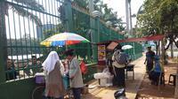Unjuk rasa yang terjadi di Gedung DPR/MPR menjadi berkah sendiri bagi para pedagang. (Liputan6/Ady Anugrahadi)
