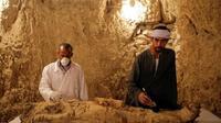 Para arkeolog Mesir dengan temuan mumi terbarunya di Luxor, Mesir. (AP/The Guardian)