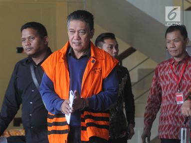 Hakim PN Jakarta Selatan nonaktif, Irwan (rompi oranye) berjalan keluar Gedung KPK usai menandatangani berkas P21, Selasa (26/3). Irwan dalam waktu dekat akan menjalani persidangan terkait dugaan menerima suap penanganan perkara perdata di PN Jakarta Selatan. (merdeka.com/Dwi Narwoko)