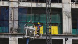 Aktivitas pekerja di kawasan proyek pembangunan Apartemen Meikarta di Cikarang, Kabupaten Bekasi, Jawa Barat, Jumat (12/4). Sejak diluncurkan 17 Agustus 2017 lalu, Meikarta secara cepat melakukan pembangunan  yang saat ini sudah sampai lantai 20 dari total 30 lantai. (Liputan6.com/Johan Tallo)