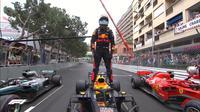 Pembalap Red Bull Racing, Daniel Ricciardo, mengalahkan Sebastian Vettel dan Lewis Hamilton untuk merebut podium juara F1 GP Monako, Minggu (27/5/2018). (Twitter/F1)
