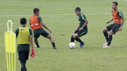 Pemain Timnas Indonesia U-22, Witan Sulaeman, menggiring bola saat latihan di Stadion Madya, Senayan, Senin (12/1). Latihan kali ini tidak dipimpin Indra Sjafri karena sedang mengikuti lisensi kepelatihan Pro AFC di Spanyol. (Bola.com/M Iqbal Ichsan)