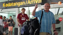 Jesper Blomqvist (belakang) ikut dalam rombongan tim United Red yang tiba di Terminal 3 Bandara Soetta (Liputan6.com/ Helmi Fithriansyah)