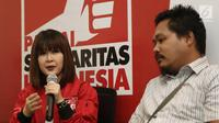 Ketua Umum Partai Solidaritas Indonesia (PSI) Grace Natalie (kiri) bersama penyebar fitnah dan foto hoax terhadap dirinya, Taufan Pratama (kanan) saat jumpa pers permintaan maaf di Jakarta, Senin (19/11). (Liputan6.com/Herman Zakharia)
