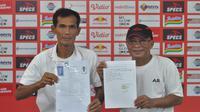 Mantan asisten pelatih Arema FC, Siswantoro (kiri) saat melakukan pendaftaran sebagai calon Ketua PSSI Askab Malang. (Bola.com/Iwan Setiawan)