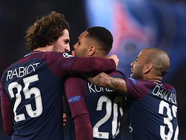 Para pemain PSG merayakan gol yang dicetak Layvin Kurzawa ke gawang Anderlecht pada laga Liga Champions di Stadion Parc des Princes, Paris, Selasa (31/10/2017). PSG menang 5-0 atas Anderlecht. (AFP/Franck Fife)