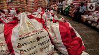 Paket bantuan sosial (bansos) terlihat di Gudang Food Station Cipinang, Jakarta, Rabu (22/4/2020). Pemerintah pusat menyalurkan paket bansos selama tiga bulan untuk mencegah warga mudik dan meningkatkan daya beli selama masa pandemi COVID-19. (Liputan6.com/Johan Tallo)