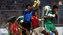 Penjaga gawang Maladewa Imran Mohamed harus keluar dari sarangnya untuk menghadang laju serangan pemain Indonesia U23 (Liputan6.com/Helmi Fithriansyah)