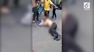 Dua orang debt collector diamuk massa di jalan raya daerah Jepara, Jawa Tengah.