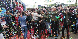 Sinetron Anak Langit yang tayang di SCTV telah berusia setahun. Dalam perayaan tersebut, para pemain sinetron tersebut secara bergantian mengunjungi panti sosial. (Nurwahyunan/Bintang.com)