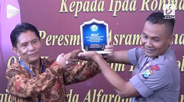 Anggota Satuan Brimob Polda Jawa Timur mendapatkan penghargaan dari PBB atas kepeduliannya mengasuh puluhan anak yatim piatu.