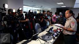 Kepala Pusat Data Informasi dan Humas BNPB, Sutopo Purwo Nugroho menjelaskan kepada wartawan terkait Evaluasi Penanggulangan Bencana 2016 dan Prediksi Bencana 2017 di Kantor BNPB, Jakarta. Kamis (29/12). (Liputan6.com/Johan Tallo)