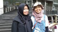 Annisa Rahmania dari Himpunan Wanita Difabel Indonesia bersama penerjemahnya.