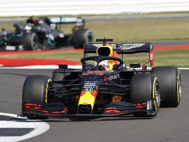 Pembalap Red Bull Max Verstappen mengemudikan mobilnya pada 70th Anniversary Formula 1 Grand Prix di Sirkuit Silverstone, Silverstone, Inggris, Minggu (9/8/2020). Max Verstappen sukses menjadi yang tercepat dalam F1 GP Silverstone 2020. (Andrew Boyers, Pool via AP)