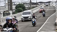 Sejumlah kendaraan melintasi jalan layang atau flyover Lenteng Agung, Jakarta, Minggu (31/1/2021). Uji coba flyover tapal kuda dilakukan selama tiga hari, mulai 31 Januari 2021 hingga 2 Februari 2021. (merdeka.com/Iqbal S. Nugroho)