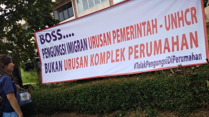 Spanduk penolakan pencari suaka di kawasan Perumahan Daan Mogot Baru, Kalideres, Jakarta Barat, Minggu (14/7/2019). (Liputan6.com/Ady Anugrahadi)