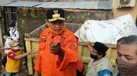 Wagub Jawa Barat Uu Ruzhanul Ulum, meninjau upaya perbaikan tanggul jebol di Perumahan Pondok Gede Permai, Jatiasih, Kota Bekasi. ( Liputan6.com/Bam Sinulingga)