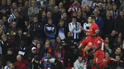 Gelandang Liverpool, Philippe Coutinho, merayakan gol yang dicetaknya ke gawang West Bromwich pada laga Premier League di Stadion Anfield, Liverpool, Sabtu (22/10/2016). Sepanjang karier di Liverpool, Coutinho mencetak 54 gol. (AFP/Paul Ellis)