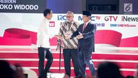 Capres nomor urut 01 Joko Widodo (kiri) dan capres nomor urut 02 Prabowo Subianto dalam debat kedua Pilpres 2019 di Hotel Sultan, Jakarta, Minggu (17/2). Debat bertema energi, pangan, infrastruktur, SDA, dan lingkungan hidup. (Liputan6.com/Faizal Fanani)