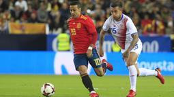 Gelandang Spanyol, Thiago Alcantara, berusaha melewati bek osta Rika, Francisco Calvo, pada laga persahabatan di Stadion La Rosaleda, Sabtu (11/11/2017). Spanyol menang 5-0 atas Kosta Rika. (AP/Miguel Morenatti)
